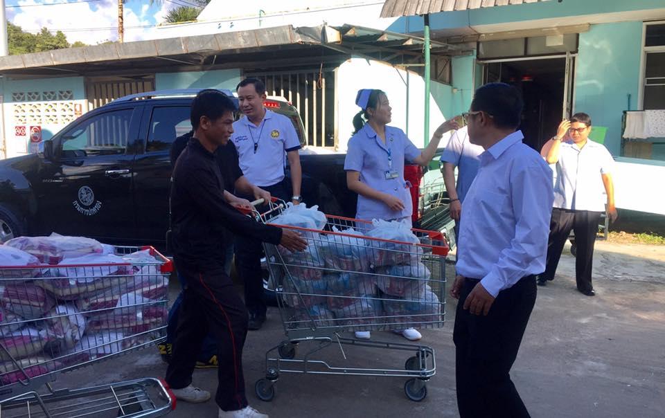 นายอำเภอท่าสองยาง พร้อมด้วย ทีมปลัดอำเภอ ร่วมมอบถุงยังชีพประกอบด้วยข้าวสาร และเครื่องกระป๋อง